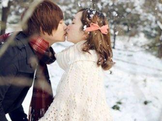 拍摄浪漫恩爱情侣亲密亲吻图片