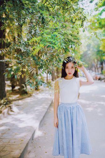 校园女神唯美女生图片-夏日散步